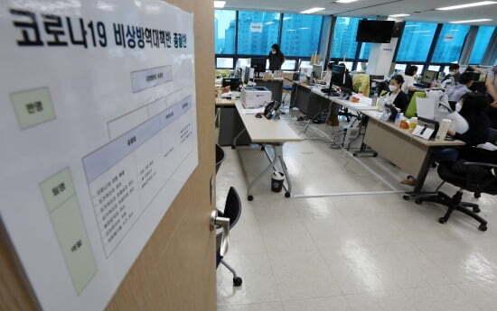 4일 오후 서울 성북구보건소에 마련된 성북구 코로나19 비상방역대책본부에서 직원들이 분주하게 업무를 하고 있다. 사진=뉴스1
