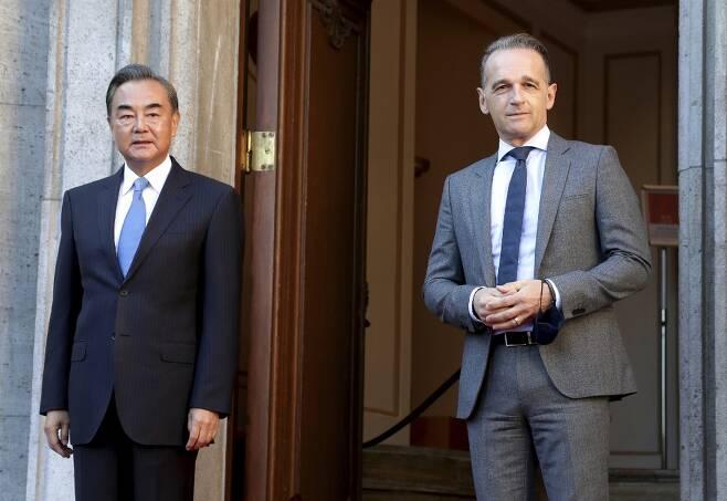 왕이 중국 외교부장(왼쪽)과 독일 하이코 마스 외무장관(오른쪽) 지난 1일 회담을 가졌다. /AFPBBNews=뉴스1