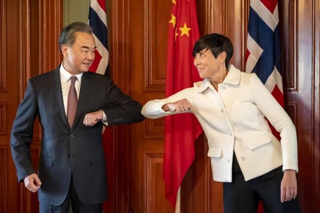 왕이 외교부장이 지난달 27일 에릭슨 쇠레이데 노르웨이 외교장관과 팔꿈치 인사를 하는 모습. /AFPBBNews=뉴스1