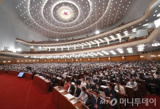 [베이징=신화/뉴시스] 신종 코로나 바이러스 감염증(코로나 19)로 연기됐던 중국 정책자문 회의인 전국인민정치협상회의(정협)가 21일 오후 베이징 인민대회당에서 열리고 있다. 2020.05.21