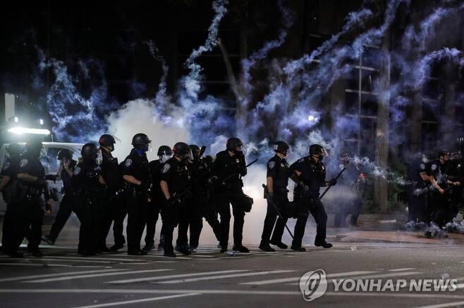 시위대를 진압하는 경찰 [로이터=연합뉴스]