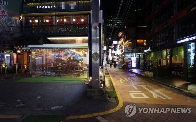 코로나19로 텅 빈 강남 거리 [연합뉴스 자료사진]