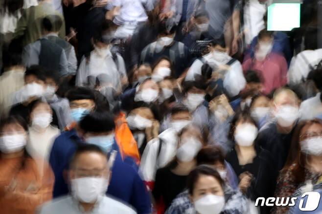 7일 오전 서울 동작구 지하철 사당역에서 마스크를 착용한 시민들이 출근길 발걸음을 옮기고 있다. 정부는 지난 4일 신종 코로나바이러스 감염증(코로나19) 방역 강화를 위한 사회적 거리두기 2.5단계 조치를 오는 13일 까지 1주일 연장했다.2020.9.7/뉴스1 © News1 이광호 기자