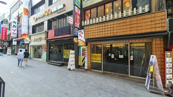 5일 오후 서울 중구 명동 거리. 이웃한 점포 3개가 모두 폐업했다.