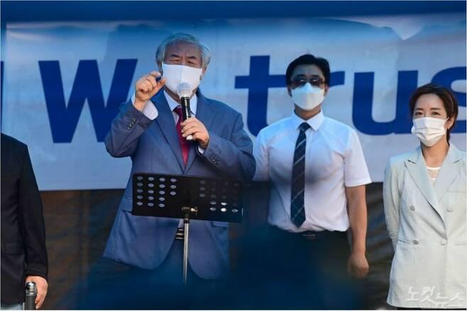 신종 코로나 바이러스 감염증(코로나19) 치료를 받고 퇴원한 전광훈 목사가 2일 오전 서울 성북구 사랑제일교회 앞에서 변호인단, 8·15집회 비대위 관계자들과 함께 기자회견을 하고 있다. 박종민기자