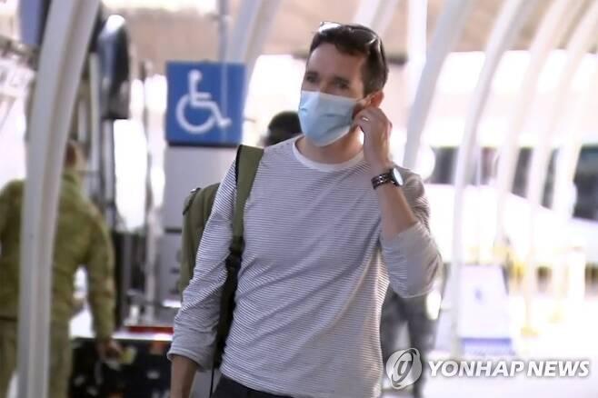 호주 공영 ABC 방송 소속 빌 버틀스 기자가 8일 오전 시드니 공항에 도착해 이동하고 있다.[AP=연합뉴스]