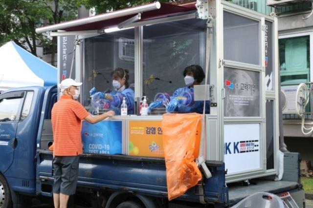 김일구 당시 감염병예방팀장이 개발한 차량 탑재형 이동식 선별진료소. 구로구 제공