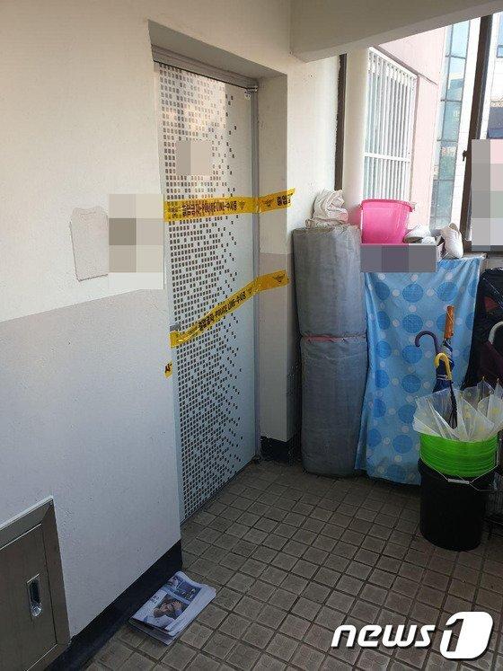 지난 7일 강원 동해시 천곡동의 한 아파트에서 60대 부부가 숨진 채 발견됐다. 부부가 살았던 집은 폴리스 라인이 쳐진 채 굳게 닫혀 있다./사진=뉴스1