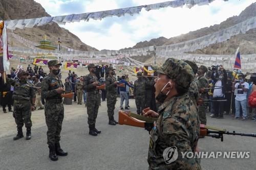 중국 국경지대에서 숨진 티베트 출신 특수국경부대(SFF) 대원의 7일 장례식에서 조의를 표시하는 인도군. [AFP=연합뉴스]