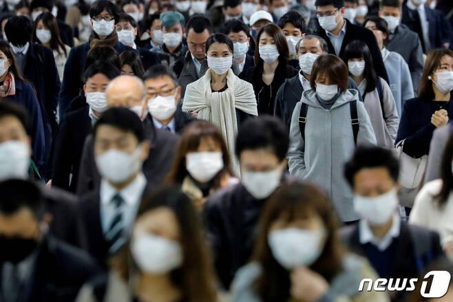 코로나19 비상사태 속 도쿄 시나가와 역에 마스크를 쓴 시민들이 출근을 하고 있다. © 로이터=뉴스1