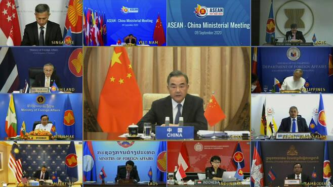 왕이(王毅·가운데) 중국 외교 담당 국무위원 겸 외교부장이 9일(현지시간) 중국·아세안(ASEAN·동남아시아국가연합+한중일) 외교장관회의와 동아시아정상회의(EAS) 외교장관회의 화상회의에 참석해 미국에 대한 불만을 쏟아냈다. [AP]