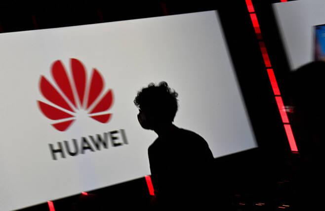 화웨이는 자체 OS를 탑재한 스마트폰을 내년에 선보인다고 밝히며 독자 생태계 구축에 나선다고 밝혔다. (사진= AFP)