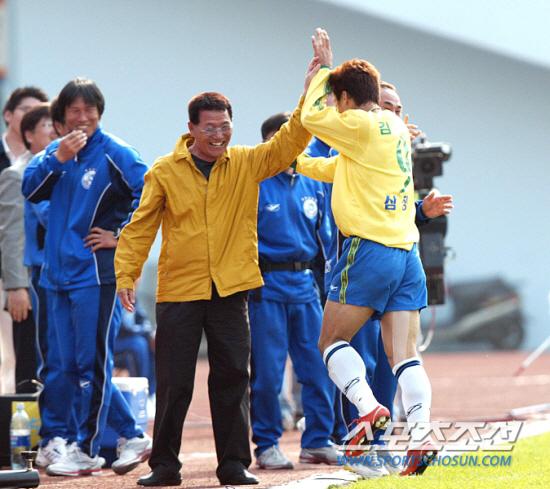 2003년 전북에서 성남으로 33세 골잡이 김도훈을 불러준 고 차경복 감독. 그해 김도훈은  MVP-득점왕을 동시에 휩쓸었다.