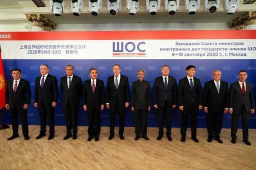10일(현지시간) 러시아 모스크바에서 열린 상하이협력기구(SCO)외교장관 회의에 참석한 왕이 중국 외교담당 국무위원 겸 외교부장(왼쪽 4번째)과수브라마냠 자이샨카르 인도 외교장관(왼쪽 6번째) 등 참석자들이 기념사진을 촬영하고 있다. 모스크바=AFP연합뉴스