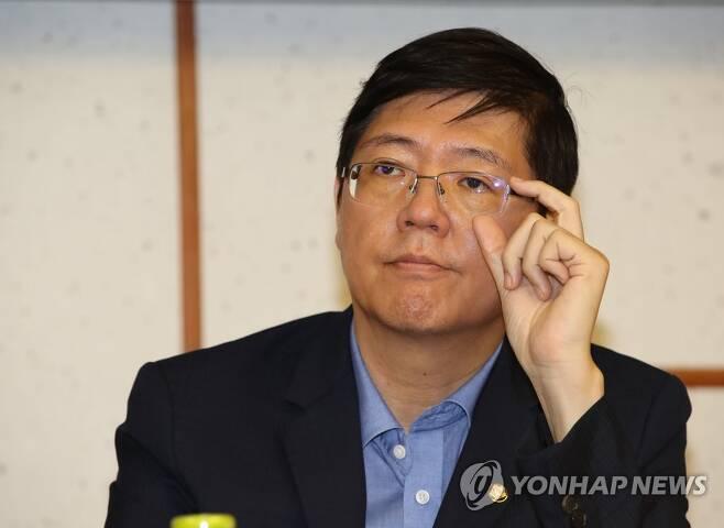 발언 듣는 더불어민주당 김홍걸 의원 [연합뉴스 자료사진]