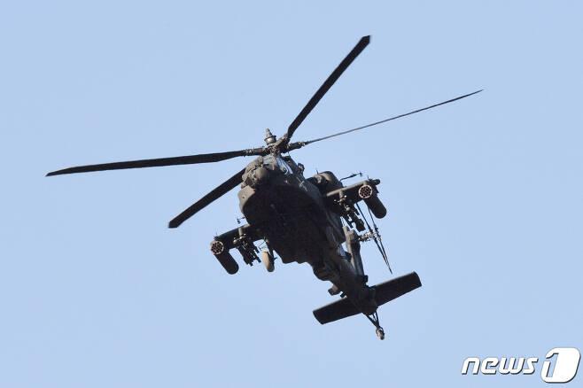 수성사격장에서 사격 전술 훈련을 하고 있는 미 육군 아파치 가디언(AH-64E) 공격 헬기. 2020.2.13/뉴스1 © News1