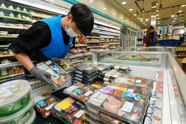 사회적 거리두기 강화에 편의점에서의 도시락 매출이 증가하며 지난 2일 서울 강남구 편의점에서 점원들이 간편식과 도시락을 진열하고 있다. 뉴스1