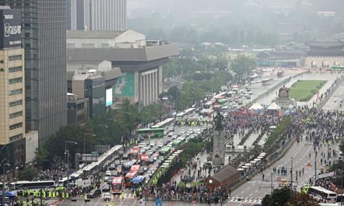 지난 15일 오후 서울 종로구 동화면세점 앞에서 일부 보수단체 주최로' 문재인 정권 부정부패·추미애 직권남용·민주당 지자체장 성추행 규탄 집회'가 열린 가운데 광화문 일대가 일부 통제된 모습. 연합뉴스