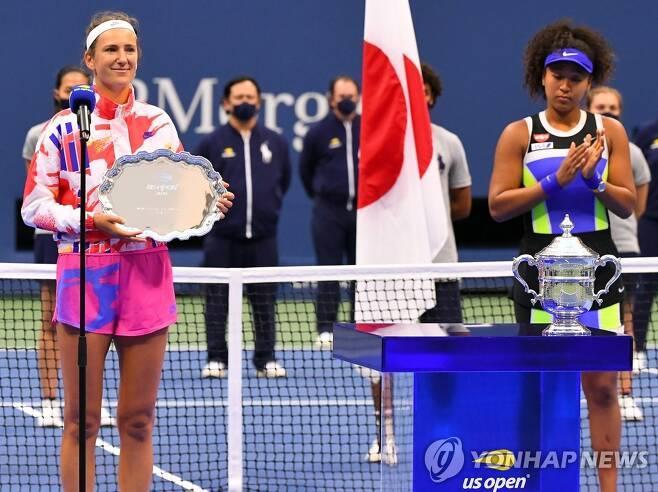 시상식 장면. 왼쪽이 아자란카, 오른쪽이 오사카. [로이터=연합뉴스] Mandatory Credit: Robert Deutsch-USA TODAY Sports