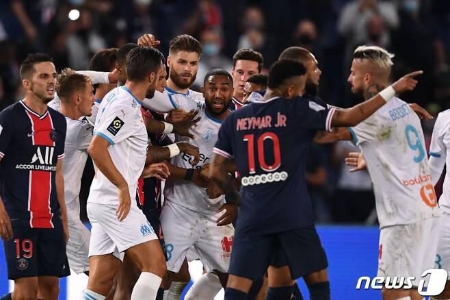 경기 막판 선수들이 뒤엉키는 과정에서 무려 5명이 퇴장 당했다. © AFP=뉴스1