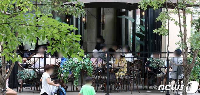 수도권의 사회적 거리두기 단계가 2.5단계에서 2단계로 2주간 조정된 13일 서울 시내 카페거리의 한 카페 야외테라스에 이용 고객들로 북적이고 있다. 2020.9.13/뉴스1 © News1 이동해 기자