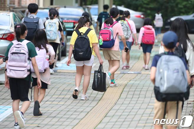 대구지역 초·중·고등학교의 등교 제한이 완화된 14일 오전 대구의 한 초등학교 학생들이 등교하고 있다. /뉴스1 © News1 공정식 기자