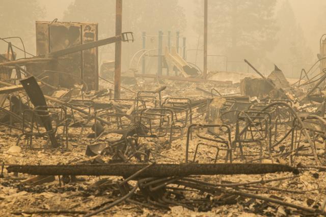 12일 미 서부에서 발생한 대형 화재로 캘리포니아주 핸퍼드의 한 초등학교가 전소돼 폐허로 변한 모습. 핸퍼드=EPA 연합뉴스