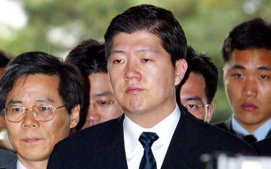 2002년 5월 최규선 씨로부터 금품을 받은 혐의로 조사를 받기위해 검찰에 출두하는 김홍걸 씨(현 민주당 의원). [중앙포토]