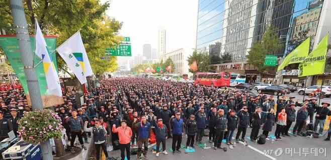 지난해 10월29일 서울 광화문 파이낸스센터 빌딩 앞에서 열린 서울지역 건설노동자 총파업 결의대회에서 참석자들이 구호를 외치고 있다. /사진=이동훈 기자
