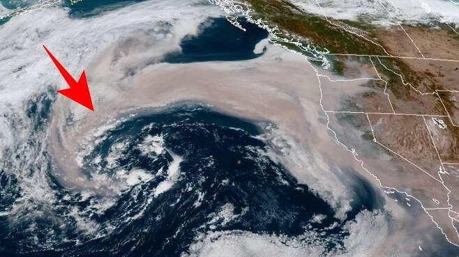 미국 서부에서 발생한 대규모 산불로 만들어진 연기가 태평양 사이클론에 빨려 들어가는 모습의 위성사진이 공개됐다