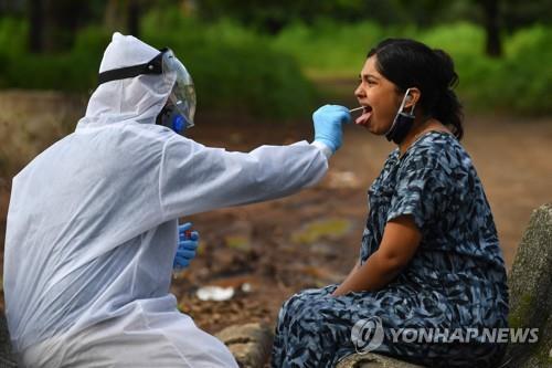 인도 나시크에서 진행된 코로나19 검사 장면. [AFP=연합뉴스]