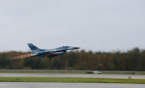 미국 공군이 공중전 훈련에서 가상 적기 임무를 맡긴 어그레서. F-16을 러시아나 중국 전투기처럼 하늘색 계열로 칠했다. [미 공군]