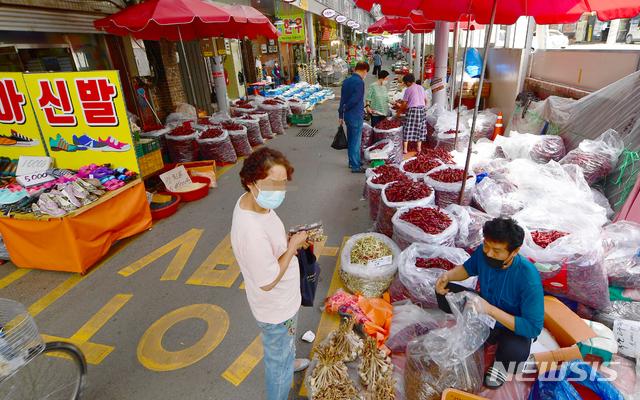 [광주=뉴시스] 류형근 기자 = 14일 오전 광주 북구 말바우시장에서 시민들이 물건을 구입하고 있다. 2020.09.14.  hgryu77@newsis.com