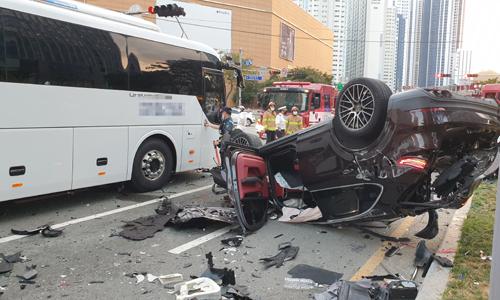 지난 14일 부산 해운대구 중동역 인근 교차로에서 7중 추돌사고가 낸 검은색 포르쉐차량이 완파돼 뒤집혀 있다. 이 사고로 운전자 등 7명이 다쳐 병원으로 옮겨졌다고 한다. 부산소방재난본부 제공