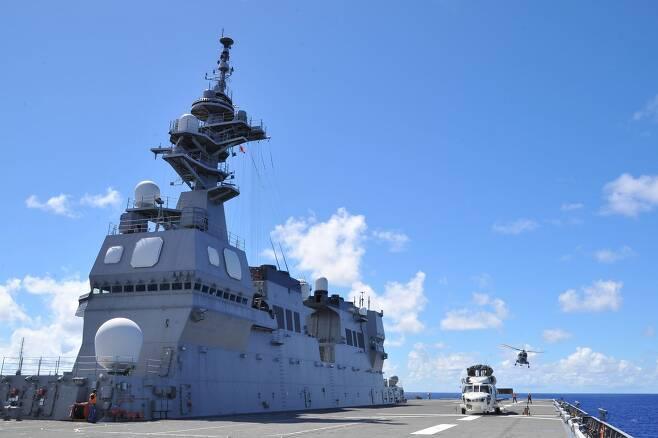 해군 링스헬기 헬기(사진 뒤쪽 작은 헬기)가 최근 괌 인근에서 실시된 한미일호주 연합훈련에서 일 헬기항모 이세함에 착함하고 있다. 우리 해군헬기가 일 헬기항모에 착함한 것은 처음이다. /일 해상자위대 홈페이지 캡쳐