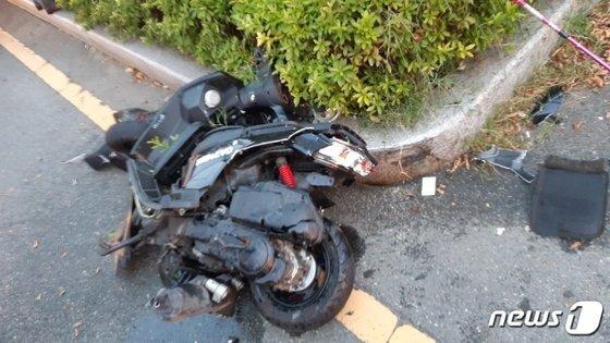 포르쉐에 부딪혀 찌그러진 오토바이 모습. [뉴스1]