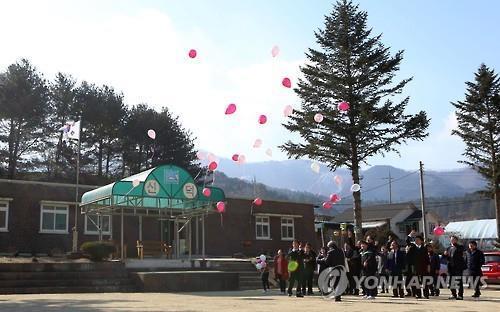 나홀로 졸업하는 분교 학생 [연합뉴스 자료]