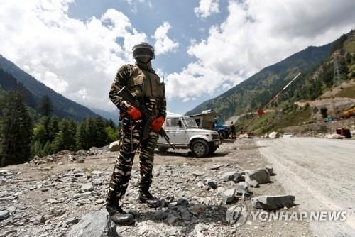 인도 북부 라다크로 이어지는 고속도로에서 경계 근무 중인 치안 병력. [로이터=연합뉴스]
