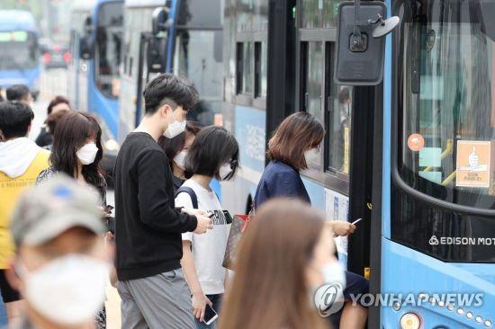 서울 서초구 고속터미널역 인근 버스정류장에서 마스크를 착용한 시민들이 버스를 이용하고 있다/사진=연합뉴스