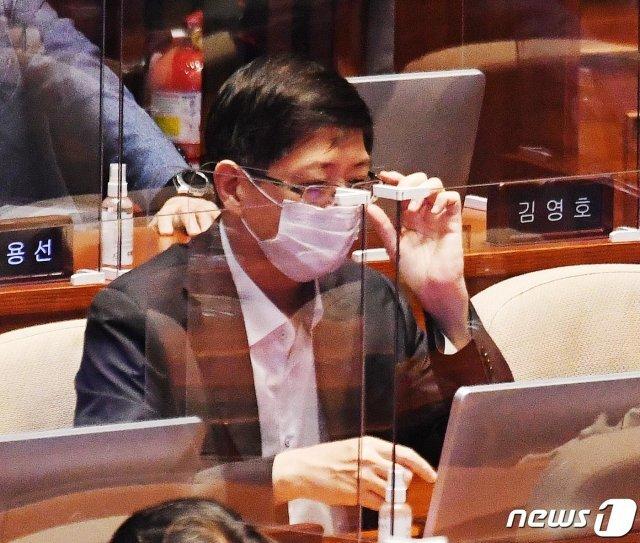 김홍걸 더불어민주당 의원이 16일 국회에서 열린 경제분야 대정부질문에 참석해 자리하고 있다. 2020.9.16/뉴스1 © News1