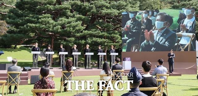 문재인 대통령이 19일 오전 청와대 녹지원에서 열린 제1회 청년의날 기념식에서 방탄소년단(BTS) 연설을 듣고 있다. /뉴시스