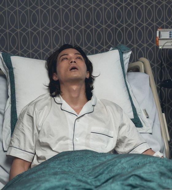 15년 전 사고로 인해 혼수상태였던 백희성이 침실에 누워있는 모습. [사진 tvN]