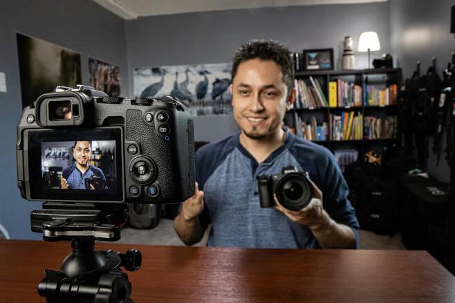 캐논코리아컨슈머이미징은 지난 17일 캐논 디지털 카메라를 웹캠으로 사용할 수 있도록 변환해주는 'EOS 유틸리티' 윈도우 버전을 공개했다. 사진은 캐논 카메라를 PC와 연결해 웹캠으로 사용하고 있는 모습. [캐논 코리아 제공]