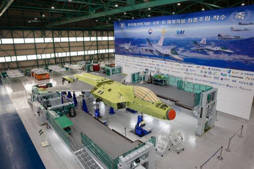 한국형전투기(KF-X) 시제기가 경남 사천 한국항공우주산업(KAI) 공장에서 조립되고 있다. 방위사업청 제공