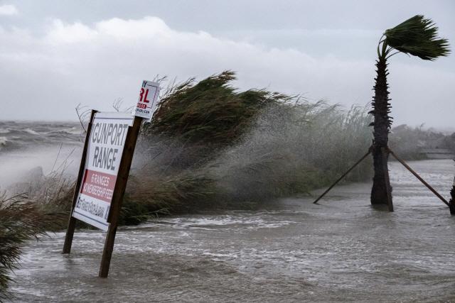 15일(현지시간) 미국 앨라배마의 한 해안가에서 허리케인 '샐리'가 몰고온 강풍에 바닷물이 보행로 쪽으로 넘치고 있다./EPA연합뉴스