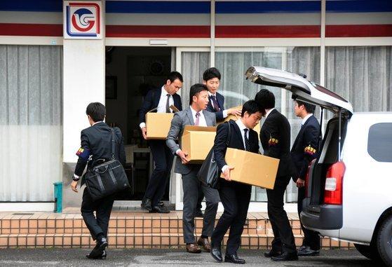 2조원 규모의 거대 사기를 친 혐의로 저팬 라이프 전 회장이 지난 18일 구속됐다. 일본에 이어 홍콩에서도 사기를 친 것이 드러났다고 마이니치 신문이 19일 보도했다. 저팬 라이프 사무실이 압수수색을 당하고 있다. [트위터]