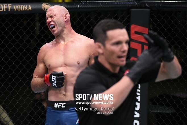 ▲ 도널드 세로니가 지난 20일 UFC 파이트 나이트 178에서 니코 프라이스에게 눈을 찔려 괴로워하고 있다. 경기 결과는 무승부.