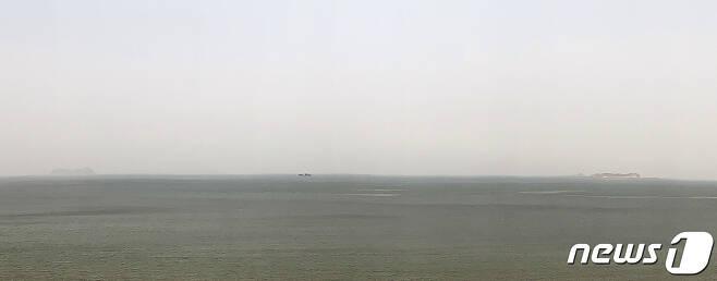20일 오후 인천 옹진군 대연평도에서 바라본 북한 갈도(왼쪽)와 석도(오른쪽)가 해무로 인해 흐릿하게 보인다. 섬 사이 배는 중국 어선. 2020.6.20/뉴스1 © News1 구윤성 기자
