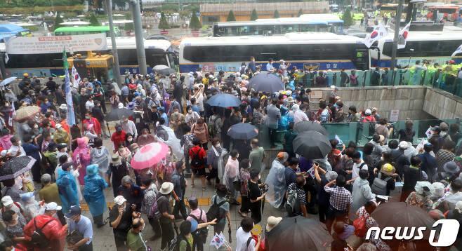 보수단체 회원들이 15일 서울 광화문 광장 일대에서 집회를 하고 있다. 2020.8.15/뉴스1 © News1 김명섭 기자