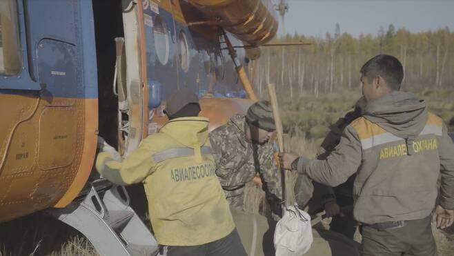 지난달 헬리콥터에 화재 진압용 장비를 싣고 있는 러시아 방재 관계자들. 이들은 헬리콥터를 타고 불이 난 빌류이스키 숲으로 향했다. 사진 sreda studio